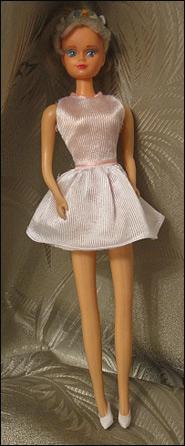 Кукла Санди 1990-х в фирменных платьях