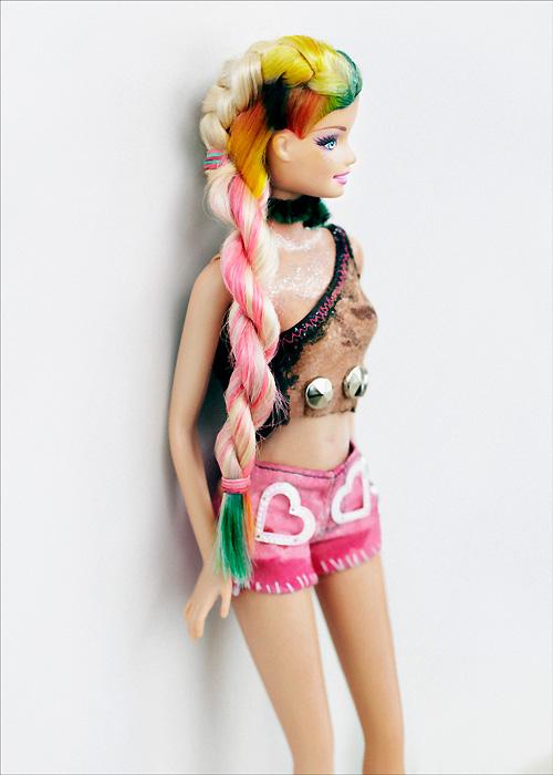 Кукла Барби красит волосы в Лондоне. Barbie x BLEACH