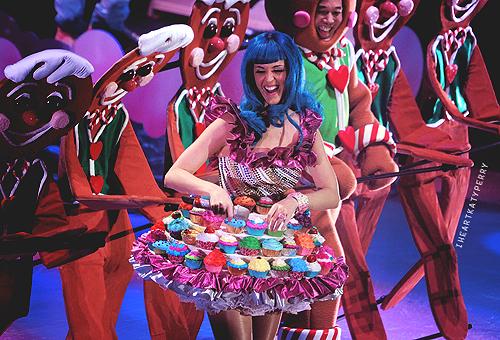 Фото Кэти Перри платье с пирожными капкейками