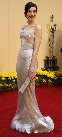 Энн Хатауэй в платье от Армани и коллекционая Барби Армани