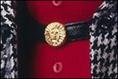 Лого Anne Klein на пряжке ремня куклы Барби