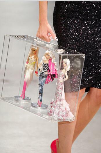 Модель на показе коллекции The Blonds