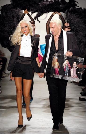 Дэвид Блонд и Филипп Блонд The Blonds с куклами Барби