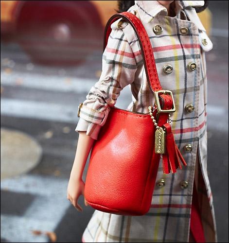 Красная кожаная сумочка Coach для Барби