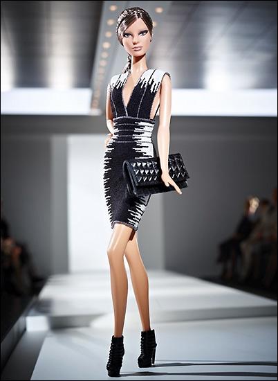Это платье Herve Leger и Макса Азриа прилагается к коллекционной Барби