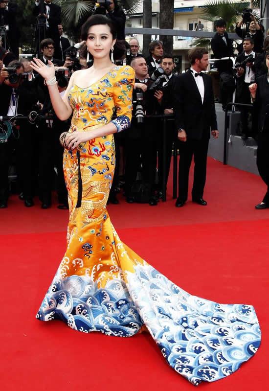 Китайская актриса Фань Бинбин в платье с драконами на Каннском кинофестивале